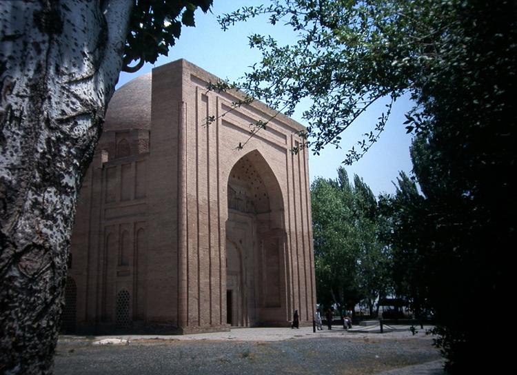 Mausoleum des abbasidischen Kalifen Harun al-Rashid und vor dem Eingang das bescheidene Grabmal des Mystikers al-Ghazali in Tus bei Nischapur (Iran)